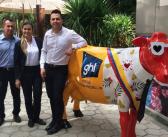 La icónica escultura de la vaca de Andrés Carne de Res con la imagen del Portón Medellín