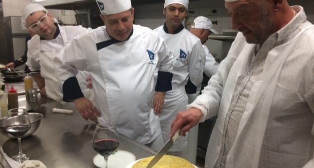 Huésped nos enseña a preparar la mejor tortilla de patatas de España en Portón Medellín – BIG WOW