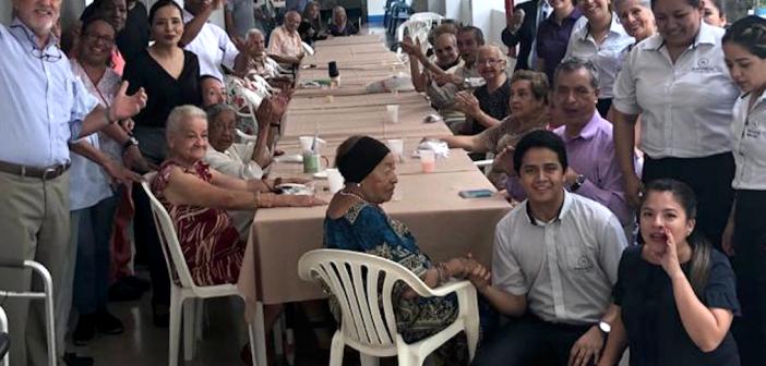 Compartiendo felicidad con los ancianos de Guayaquil